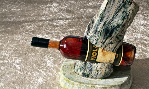 ausdrucksstarker Flaschenhalter mit Aussparung für das Etikett